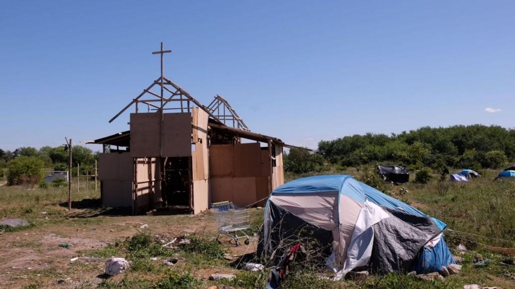 Une église en carton dans un bidonville aux allures de « No man's land »