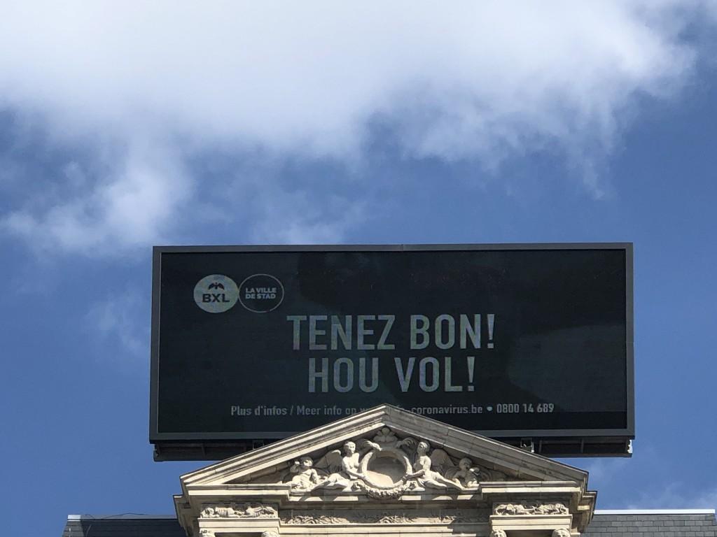 Jour 26 : 22 eme jour de confinement Place de Brouckere à BXL : Le Message est simple : « Tenez bon ! »