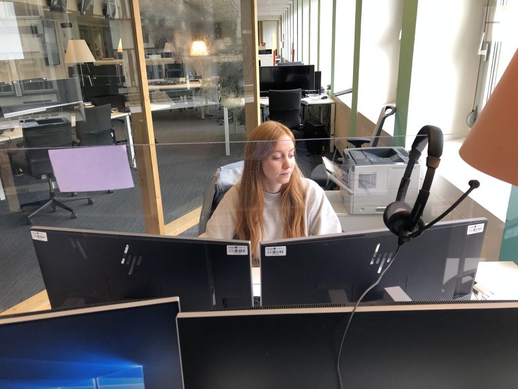 Jour 60: 3ème jour de la deuxième phase de déconfinement Nola une des secrétaires d'info du JT elle est protégée par un écran de plexi !